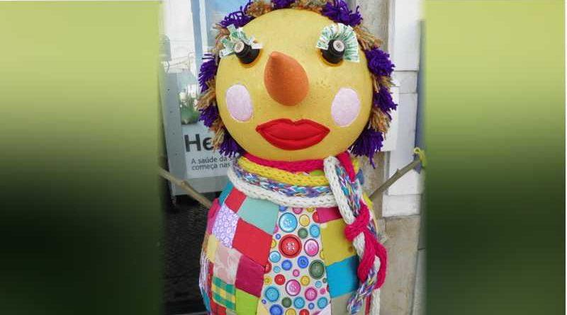 Disfraza a su suegra de piñata en su cumpleaños y reparte bates entre los niños