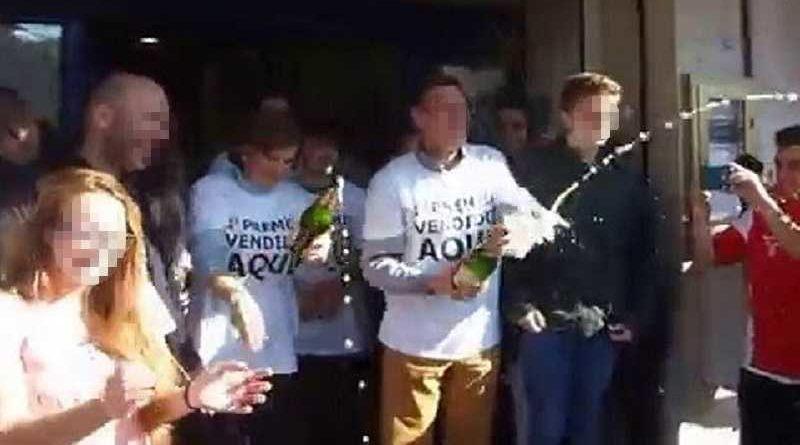 Ganadores del Gordo multados por hacer botellón en la puerta de la Administración de Lotería