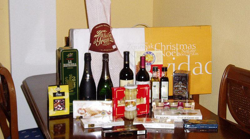 Denunciada empresa por regalar cestas con vino a los hombres y cremas a las mujeres