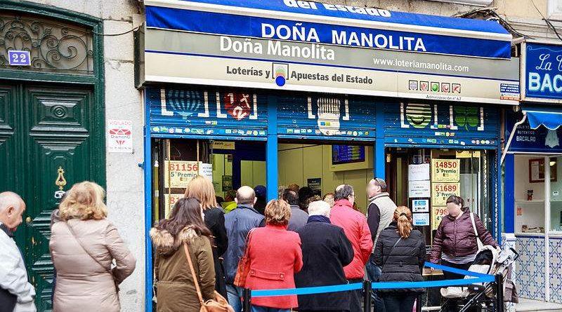 Hace 8h de cola en Doña Manolita sin comprar décimo sólo para vivir la experiencia