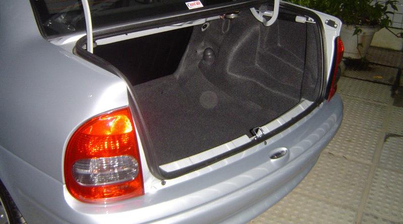 Recoge el coche del taller y se encuentra a un mecánico dormido en el maletero