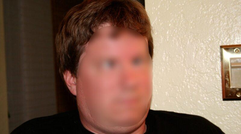 Un hombre se queda bizco al tirarse un pedo y estornudar a la vez
