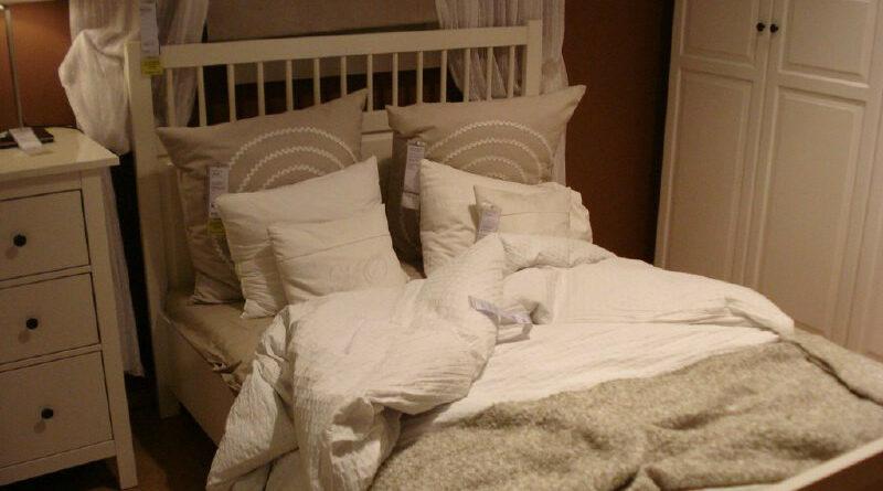 Pilla a su marido ginecólogo en la cama con otra y le dice que se ha traído trabajo a casa