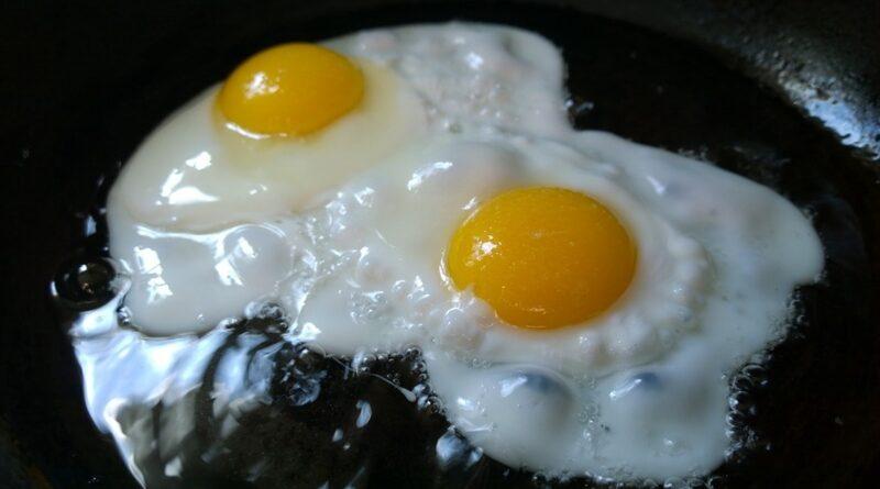 Pregunta en el médico si comerle los huevos a su marido sube el colesterol