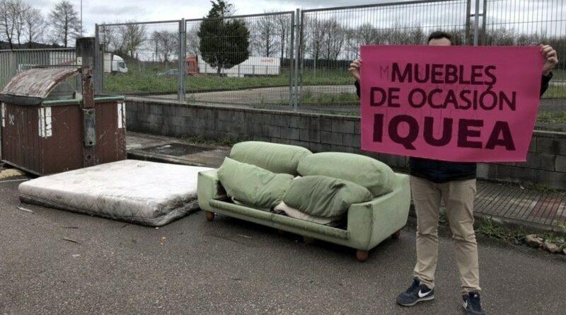 """Monta un """"Iquea"""" en la calle con los muebles viejos de su casa"""