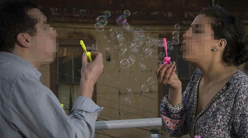 Pareja de novios incluye aparatos sexuales en su lista de boda