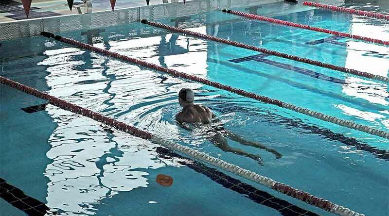 Expulsado de una piscina climatizada por soltar una mierda de plástico para bañarse solo