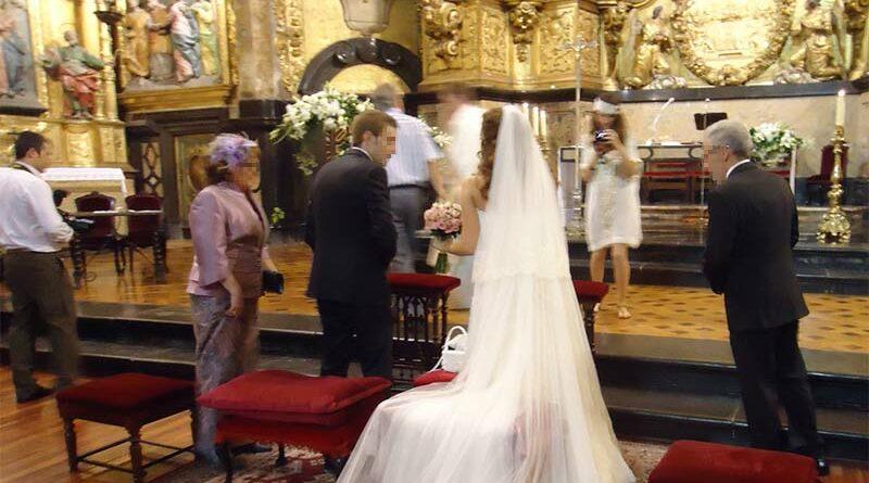 Echan al novio de la Iglesia por ponerse auriculares para escuchar el fútbol en su boda