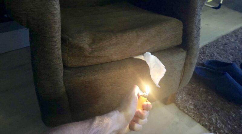 Quema el sofá de casa de sus suegros para camuflar el olor de un pedo que no se iba