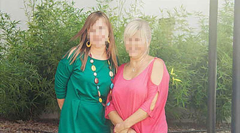Se divorcia porque su marido todavía necesita acostarse con su madre para dormir