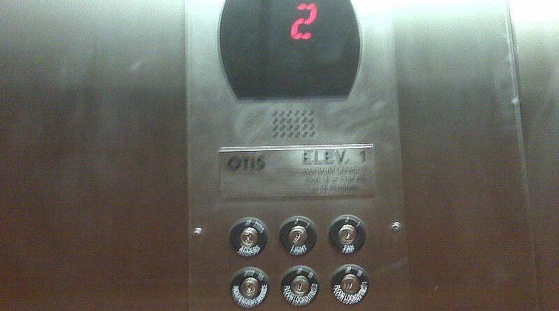 Llaman a su primer hijo Otis en honor al ascensor donde fue concebido