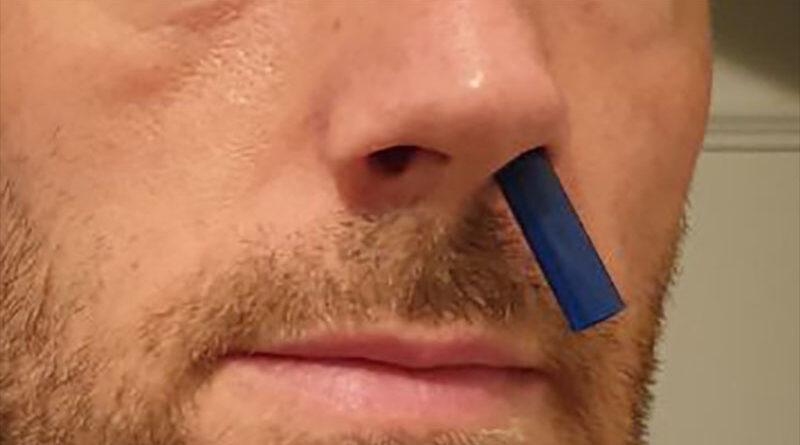 Se implanta una cañita en la nariz para poder meterse cocaína sin necesidad de un billete