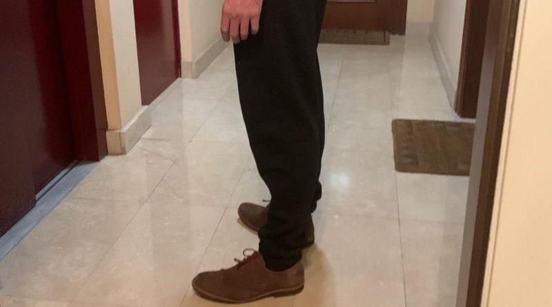 Despedido por acudir al trabajo en chándal porque no le valía ningún pantalón vaquero