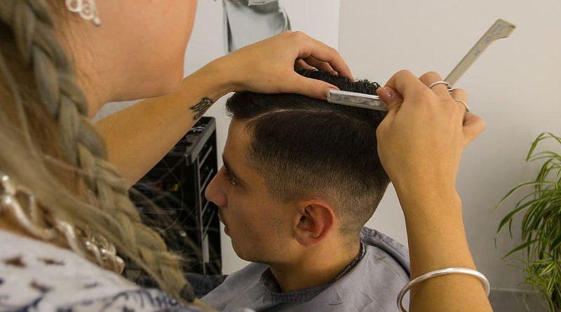 Expulsado de la peluquería por contestar que la raya se la hicieran encima del lavabo