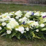 La lía en un entierro por tirar la corona hacia atrás para ver quién será el siguiente