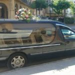 El conductor de un coche fúnebre abandona el vehículo en medio de una avenida porque oía ruidos