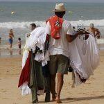 Denunciado vendedor negro en la playa por llevar el género colgado del pene