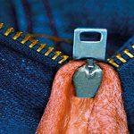 Se pilla el escroto con la cremallera y pasa 15 días si quitarse el pantalón