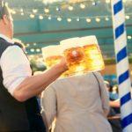Nueva ley de hostelería prohíbe silbar o chasquear los dedos para llamar al camarero