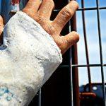 Finge tener la mano escayolada durante años para que su mujer le hiciera las pajas