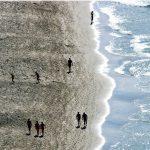 Expulsado de una playa nudista por tenerla muy grande