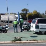 Un agente de la Guardia Civil multa a su compañero por hablar por el móvil mientras conducía