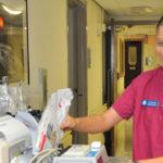 Enfermera del banco de semen se queda embarazada por no lavarse bien las manos